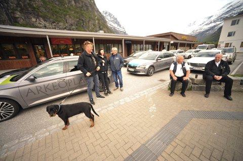 Markerte: Representanter for drosjenæringen i Nesset og Sunndal hadde tirsdag kveld samlet seg ved drosjesentralen på Sunndalsøra. Fra venstre Pål Klungnes, Linda Sæter, Jostein Sæther, Per Mareno Skjørsæther og Bengt Haugen.