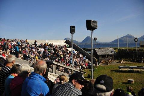 Mange hadde tatt turen for å se årets premiere av Fru Guri av Edøy.