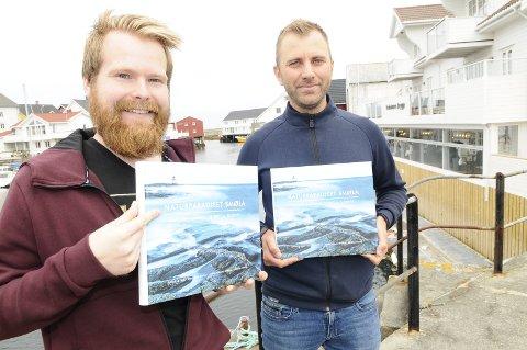 """Fotografene Kristoffer Strand (til venstre) og Audun Lie Dahl med sin rykende ferske fotobok """"Naturparadiset Smøla"""" som lanseres på Veiholmen brygge torsdag 15. august."""