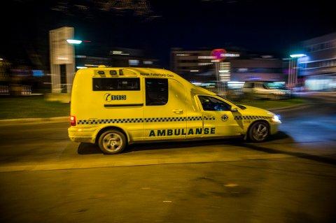En 23 år gammel mann måtte behandles på sykehuset etter at han natt til søndag ble knivstukket i ryggen.