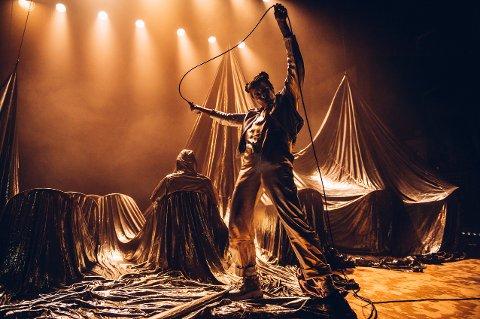 «Stjernemateriale» fikk terningkast fem i Sunnmørsposten, som skrev: «Ta med ungdommene og se et teaterstykke som både underholder og utfordrer». Mandag 19. oktober kommer forestillingen til Surnadal kulturhus.