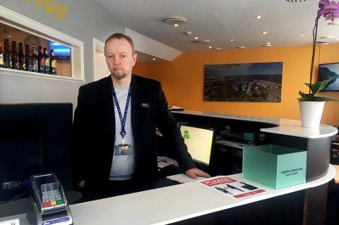 Nattevakta til hotelldirektør Roger Bach ble banket opp av en gjest på vei hjem fra jobb på Comfort Hotel Fosna Kristiansund.  – Det er klart dette er veldig lite trivelig, sa hotelldirektøren da Tidens Krav snakket med ham etter hendelsen. Nå er en nordmøring dømt til fengsel for vold.