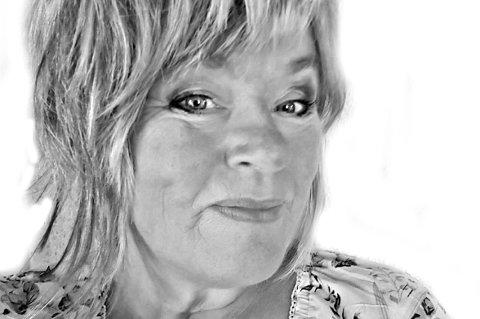 Anne Vik er aurgjelding som er utdannet journalist og har landbruksutdanning. Bodd noen år på Østlandet før hun flyttet hjem og tok over farsgården. Driver gård med sau, høns og småskalaproduksjon av grønnsaker, Arbeider som bussjåfør i Tide buss og tar på seg noen frilansoppdrag.