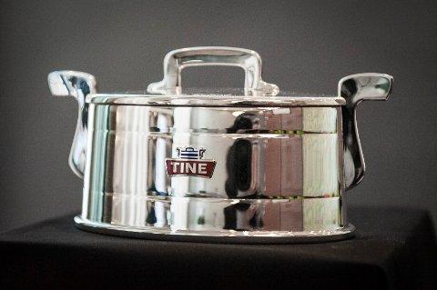 Dette er sølvtina som Tine deler ut for produksjon av elitemelk i 15 år.