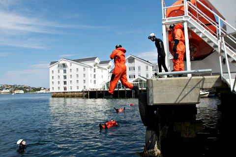 ResQ driver sikkerhetsopplæring i lokalene på Innlandet og i havnebassenget i Kristiansund.