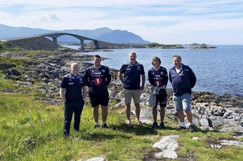 Viste fram godbitene: Kjetil Thorsen (til venstre) og Terje Wiik tok med seg Eirik Thorberg, Anders Mastrup og Jan-Eirik Thorberg til Atlanterhavsveien da Hallingdal FK beste KBK nylig.