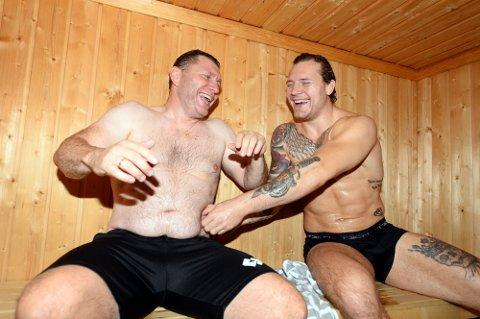 Ingen ting å si på humøret når Eren Gjægtvik og Felix Baldauf tar badstue sammen. – Viktig å sjekke fettprosenten, sier Baldauf til sin trener. Men det er også mye alvor i dokumentaren som nå er klar for NRK.