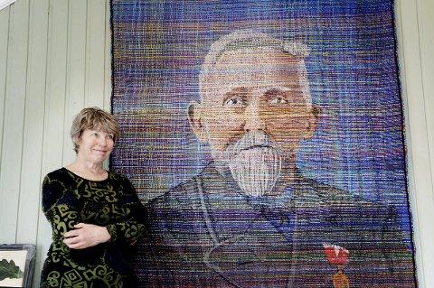 HELTEN OG HANS OLDEBARN: Dorthe Herup har vevet oldefaren sin som en del av et kunstprosjekt. Billedveven av Andreas Bjerg, som var fisker i Danmark, er det sjette bildet hun har vevet fra historien sin