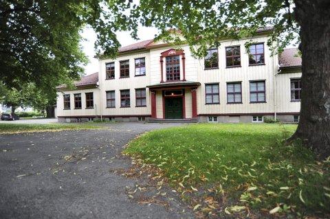 Grindløkken: Den gamle skolens hovedbygning skal bevares, men ikke sidefløyene. Kommunen mener de ble tegnet og bygd senere. Det er ikke riktig. Foto: Kirvil Håberg Allum