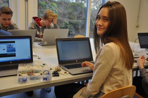 """GODE PÅ DATA: Melinda Bokeli har blant annet laget fått datamaskinen til å spille musikkstykket """"Til Elise"""". I bakgrunnen Tobias Arnesen (til høyre) og William Strøm."""