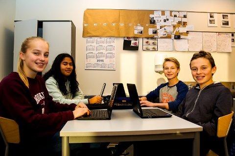 LÆRER MYE NYTT: I Holmestrand har alle elever fra fjerde til sjuende fått egne pc'er. – Det er morsomt og fint og litt enklere å finne informasjon enn før, sier Vegard Hennig Eri (fra høyre) og viser at den nye pc'n både har tastatur og touch-skjerm.  Aksel Maute Torjese, Lilly Gunnerød og Siri Elstad Johansen  er enig.