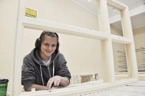SNUOPERASJON: Else-Marie Tallaksen (19) hadde planer om å bli frisør. Så gjorde hun helomvending. Nå er hun trevaresnekkerlærling hos Fortuna Trevarefabrikk i Larvik. Flere ganger har hun besøkt ungdomsskoler og promotert faget sitt overfor andre ungdommer.
