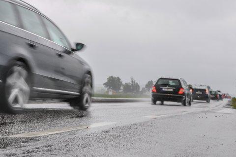 OBS: Nedbøren søndag kan fort føre til vannplaning i veien, advarer meteorologen.