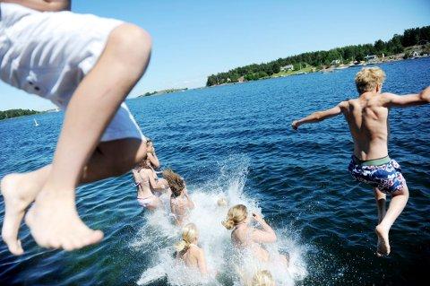 HOPP I HAVET: Om det frister med en dukkert kan du nå sjekke temperaturen i vannet før du hopper uti.