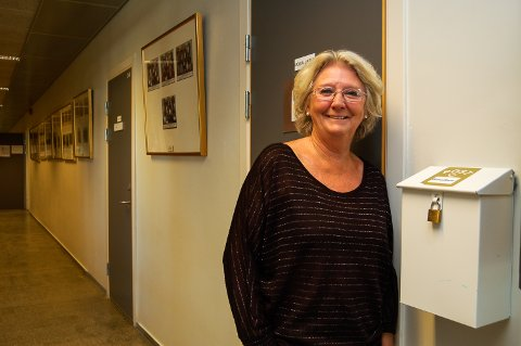 POSTKASSA: Sosiallærer Elisabeth Thon lærer mye om skolemiljøet ved å lese lapper elever putter i kassa.