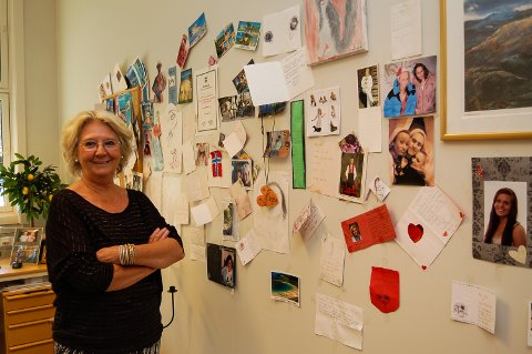 GODT MILJØ: Elisabeth Thon har kontorveggene dekorert med hilsener og minner fra mange år som sosiallærer på Borgheim ungdomsskole.