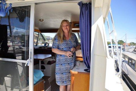 I SKYGGEN: Kari Anne Fevang har føflekkreft med spredning. Når sommersola steker ute, finner hun skyggeplassen i båten.