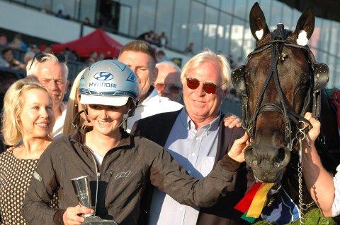 NOK ET DERBY: Tina Storetvedt er oppasser til El Diablo BR. Mellom henne og hesten ser vi Nils Petter Gill som fikk sin første derbyseier på travbanen. På galoppbanen har han ti!
