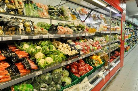 VÆR BEVISST: Vi kjøper store mengder mat, og kaster alt for mye.