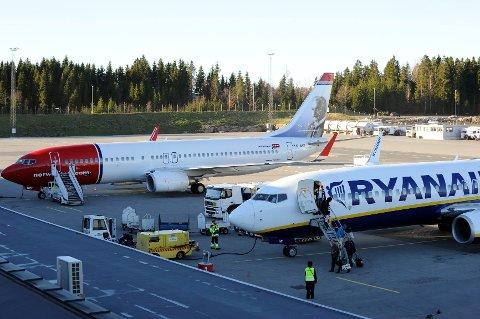 Ryanair og Norwegian har vært mye i tottene på hverandre. Nå legger de stridsøksa bak seg og ønsker å samarbeide. (Arkivfoto: Kurt André Høyessen)