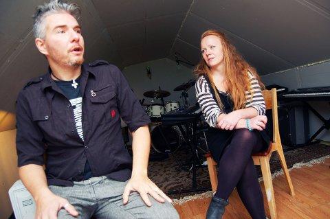 ROCKEVERKSTED: Det er trangt på garasjeloftet hos Jørgen og Elisabeth Leithe-Rief. Men rock er det mer enn nok plass til.