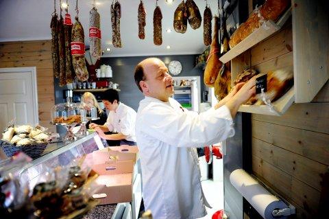 HOLDER ÅPENT: Ingvild og Christian Wernersen i Herr&Fru holder åpen kafe, butikk og catering, selv om de vurderer å selge bedriften.