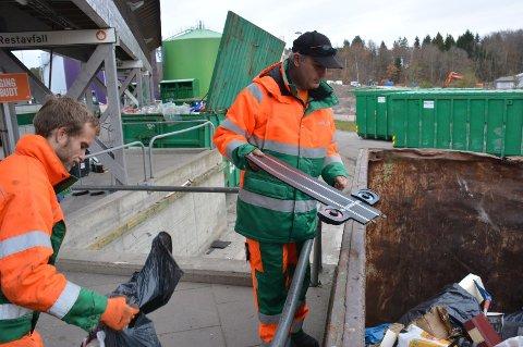 SORTERER: Pierre Souchet (t.h.) og Tommy Berg-Olsen finner mye som skulle ha vært sortert til gjenvinning i restavfallscontainerne på Rygg gjenvinningsstasjon.