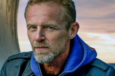 KOMMER: Jo Nesbø inntar Bakkenteigen med en kriminell aften i november.