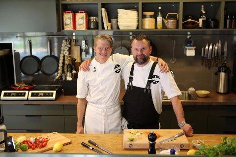 VENNER OG MAKKERE: Thor Oddvar Havn Soma (20) fra Vestfold og kokk Tor Harald Rysjedal (43) fra Stord fisker med fluer og lager gourmetmat sammen Nå vises det på riksdekkende Matkanalen.