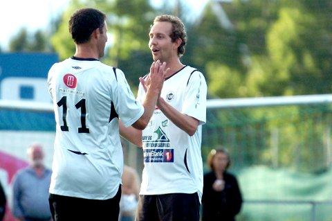 """HJEMMEBANE: Morten Ramm, her sammen med Ronny Johnsen i en kjendiskamp på Flintbanen, engasjerer seg i det han kaller """"fotballkrigen i Tønsberg""""."""