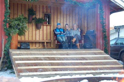 MORO: Tre av arrøngerene, Lars Erik Bakke, Birgitte Lund Østli og Marie Schmedling, har grunn til å smile. Julemarkedet trakk mange folk.