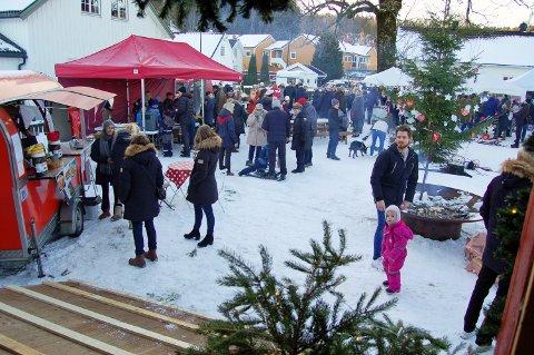 MYE FOLK: Allerede noen minutter etter åpningstid kl. 13 søndag var det fullt av folk på julemarkedet.