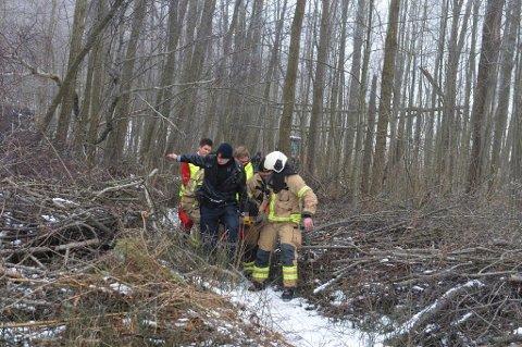 BÅRET UT: Her fraktes den skadde mannen ut av skogen.