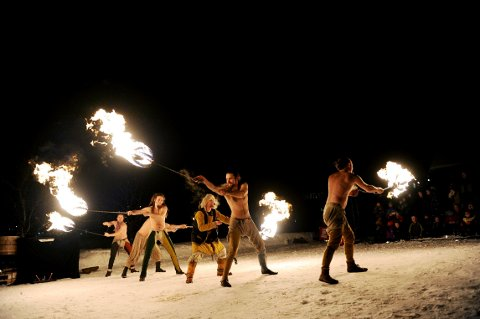 VARMT I KULDA: Det blir flammeshow også i år under åpningen av festivalen i Re.