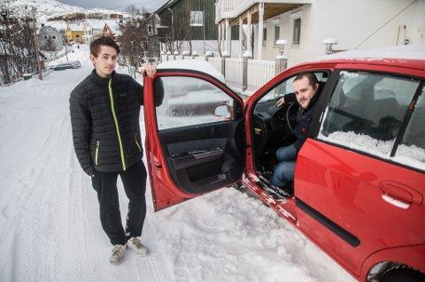 EGEN BIL: Han fikk ikke støtte til å ta sertifikat, men med forbrukslån har han kjøpt en bil som kameraten Martin Olsen Wulff kan kjøre han til butikken med.