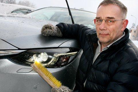 TINER IKKE: Kjøreskolelærer Jon Kristian Valvåg i Senja Trafikkskole advarer mot nedsnødde frontlykter.