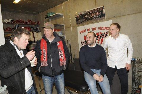 Lørdagskos: God stemning på bakrommet i ishallen, da Tønsberg sikret seg opprykk uten å spille lørdag. Andreas Toft (t.v.), Even Hytten, Tor Sønju Bårnes og Kristoffer Vold Hytten.