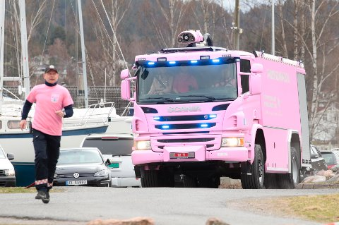 Hurum brannvesen presenterte sin nye bil torsdag . Brannbilen er et resultat av et samarbeid med Kreftforeningen og organisasjonen Brannmenn mot kreft.
