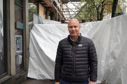 HOLDER STENGT: Banksjef Terje Solvik må holde DNB i Møllergata stengt i en måned grunnet omfattende arbeid rundt i lokalet.