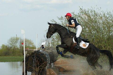 TØFFE TAK: Feltritt handler ikke om noen søndagstur i parken, men er en tøff utfordring for både hest og rytter.