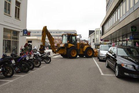 SPERRING: Denne traktoren var strategisk plassert som sperring av sikkerhetsmessige årsaker i Sandefjord sentrum 17. mai. Flere steder i fylket kunne publikum se lignende sperringer, blant annet med brannbiler.
