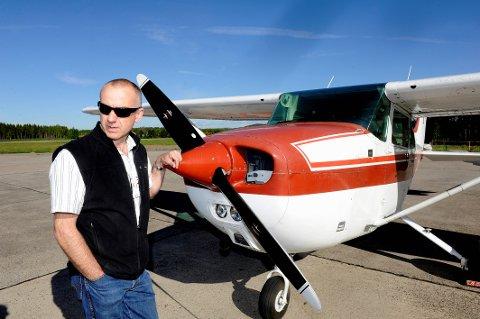 PÅ VAKT: Egil Rønning, leder av brannflytjenesten ved Sandefjord motorflyklubb. Dette bildet er fra 2011.