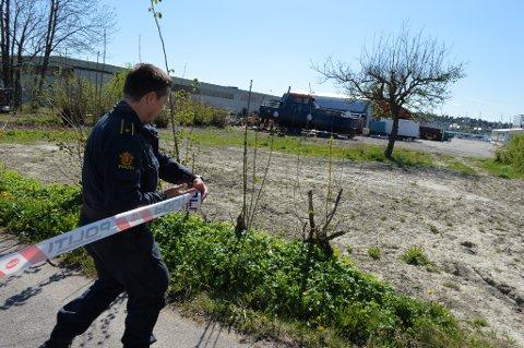 SPERRET AV: Politiet har sperret av området ved Essos anlegg på Vallø etter funn.