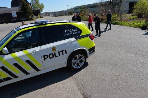 RYKKET UT: Politiet er på plass på Vallø.