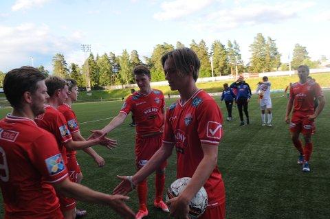 HONNØR: Conrad Wallem (nærmest) og Axel Ahlander gratuleres av lagkameratene, deriblant målscorer,assistenttrener og nybakt pappa Christian Østli.