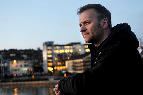 MEDIEVANT: Geir Ove Kvalheim var mye i medienes søkelys da han ble dømt for bedrageri i 2012. I 2007 ble han av den tidligere SS-offiseren Fredrik Jensen beskyldt for å ha svindlet til seg penger og verdifulle gjenstander for 600.000 kroner. Kvalheim avviste påstandene. Han er tekstforfatter, regissør og skuespiller og har blant annet hatt mindre roller i flere serier vist på NRK.