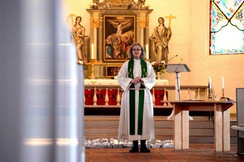 Sogneprest Inger Bækken på Nøtterøy vil at politiet skal overlevere dødsbudskap.