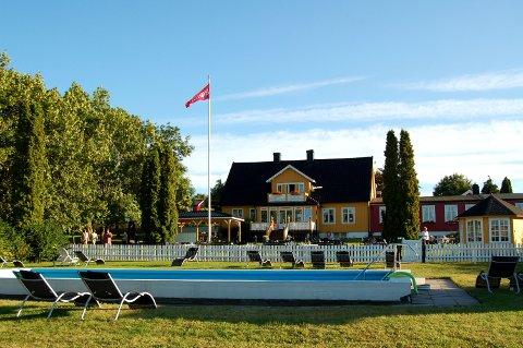 IDYLLISK: Hotell Borge, som egentlig ikke ligner på et hotell, har sin egen vakre utstråling som skiller seg ut. Hotellet har blant annet en egen strand og brygge, tennisbane, oppvarmet sjøvannsbasseng i hagen og en spennende golfpark.