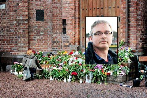 SAMLET I SORG: Tusenvis av mennesker gikk etter terroren 22.juli 2011 med fakler og blomster i Tønsbergs gater. Det var fullt av blomster på trappa til Domkirken. Innfelt er Tom Strømstad Olsen som er leder av Støttegruppen etter 22. juli avd. Vestfold.