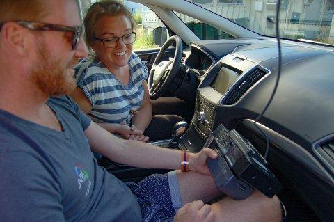 FØLGE LIVE: Pappa Thomas Flugeim har ansvaret for det tekniske. Her testes live-kamera som skal sitte oppå bilen, og det så ut til å funke bra!